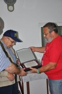 Bellver entrega una placa a Pepe Navarro, socio fundador, en el 40 aniversario del colectivo vecinal de Benicalap