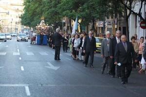 La procesión por una de las calles del itinerario en la tarde de ayer