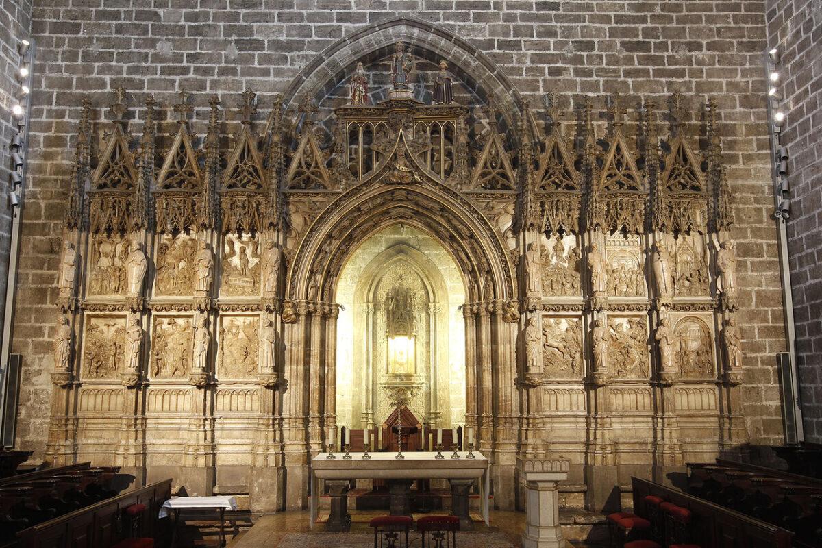 El retablo en su ubicación actual en la capilla del Santo Caliz/a.saiz