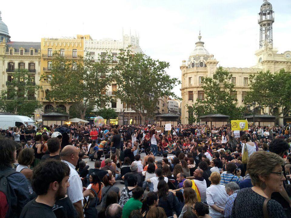 Acampada de manifestantes en la plaza después de ocuparla