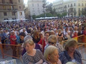 Miles de personas en la plaza de la Virgen antes de entrar en la Basílica/p.v