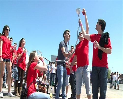 Un grupo de jóvenes en la explanada del barrio del Grao/e.p.