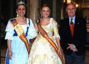 La reina de la Casa de Melilla con la Fallera Mayor de Valencia y el presidente de la casa
