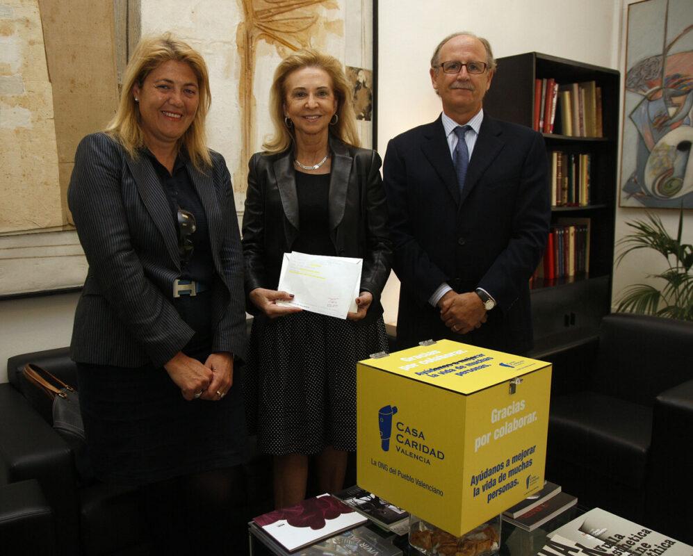 La concejala de Cultura, Maria Irene Beneyto, enmedio, con los responsables de la Casa de la Caridad/pepe sapena