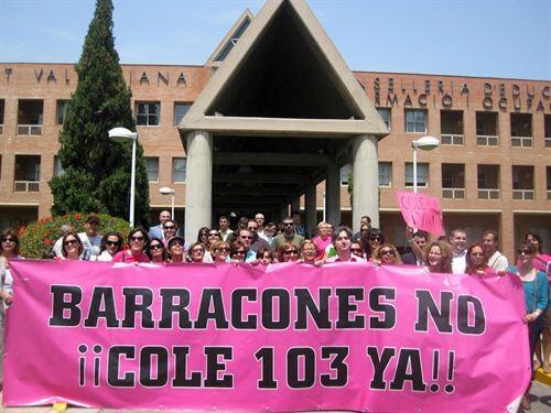 Padres del AMPA del colegio 103 sito en la avenida Baleares en la protesta de hoy/ep