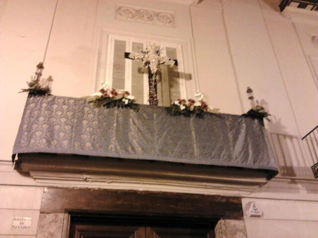 Cruz de Mayo colocada en el balcón de la sede de Lo Rat Penat/a.m.