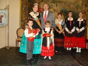 La Dulcinea con el presidente de la casa manchega de Valencia y damas