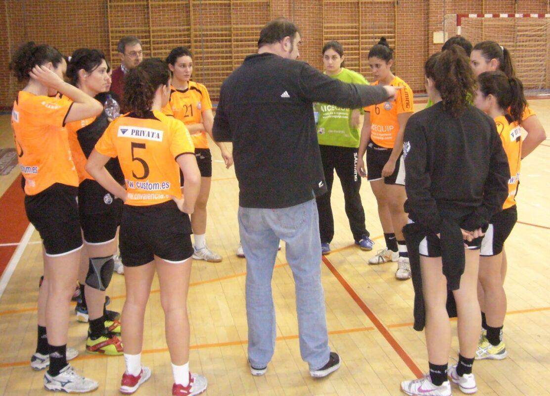 El entrenador del Valencia Aiequip departe con las jugadoras
