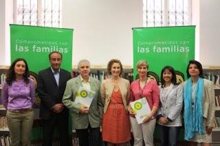 Los firmantes del acuerdo de familias numerosas.