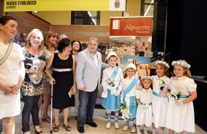 El presidente de la Diputación, Alfonso Rus, con los angelillos de Alpuente y la alcaldesa de la población serrana/dipu