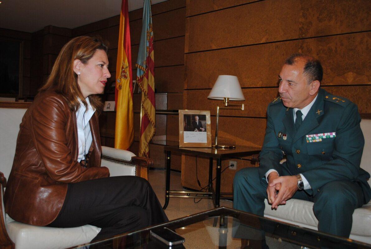 La delegada, Paula Sánchez de León, con el General Santafé