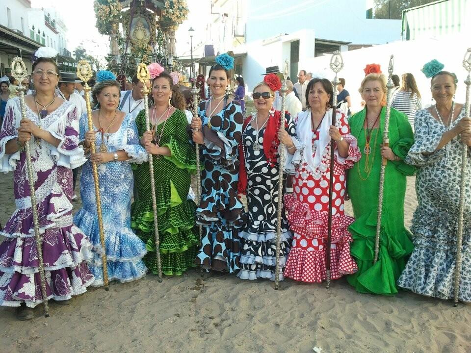 Un grupo de mujeres procedentes de Valencia con la presidenta de la hermandad y de la FECA