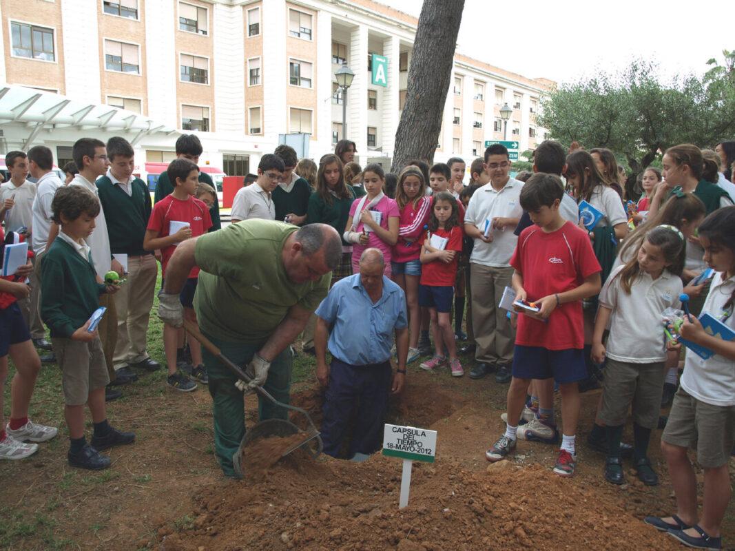 Los niños presencian como se entierran sus deseos/dival