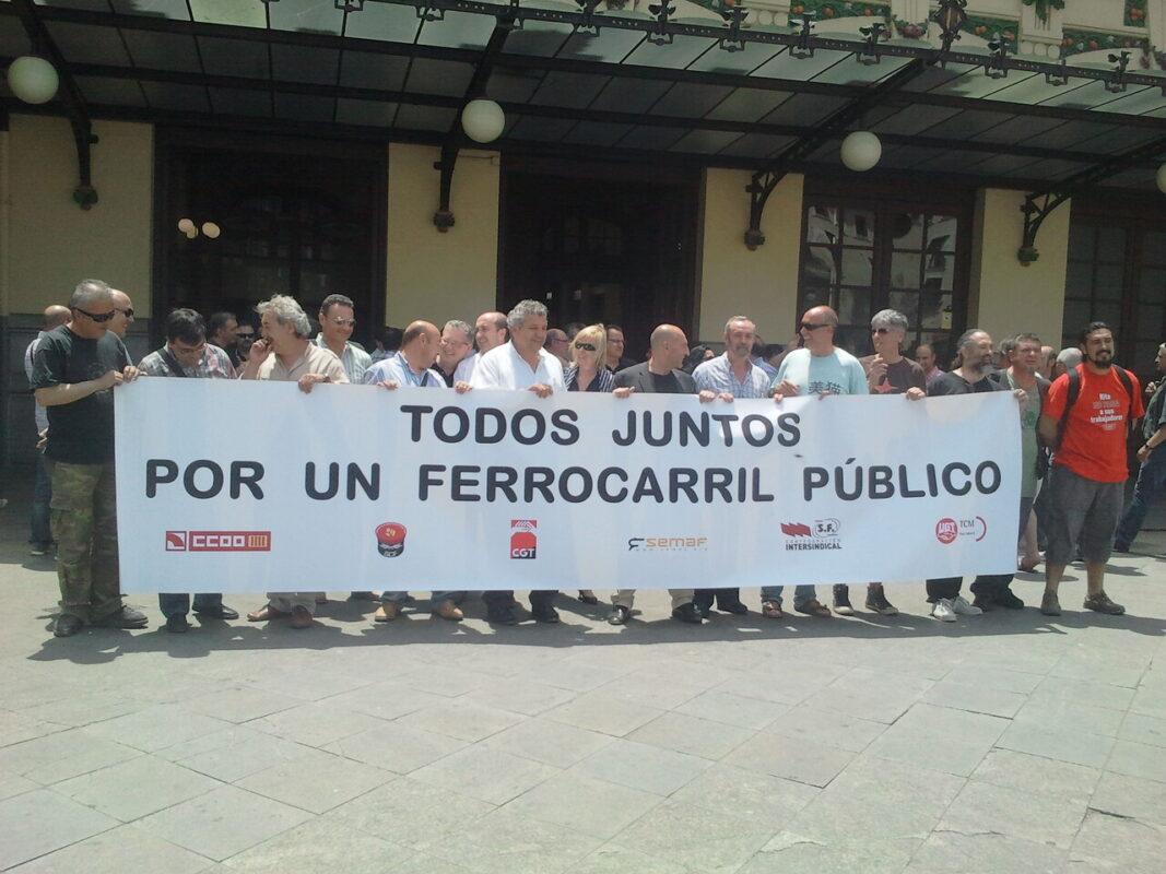 Los representantes sindicales en la concentración de éste mediodía en la Estación del Norte