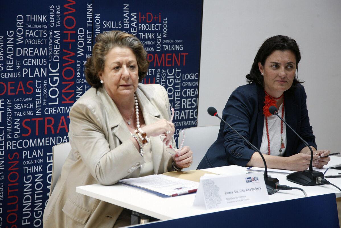 La alcaldesa de Valencia, Rita Barberá, junto a la edil Simón, en el momento de realizar las declaraciones/pepe sapena