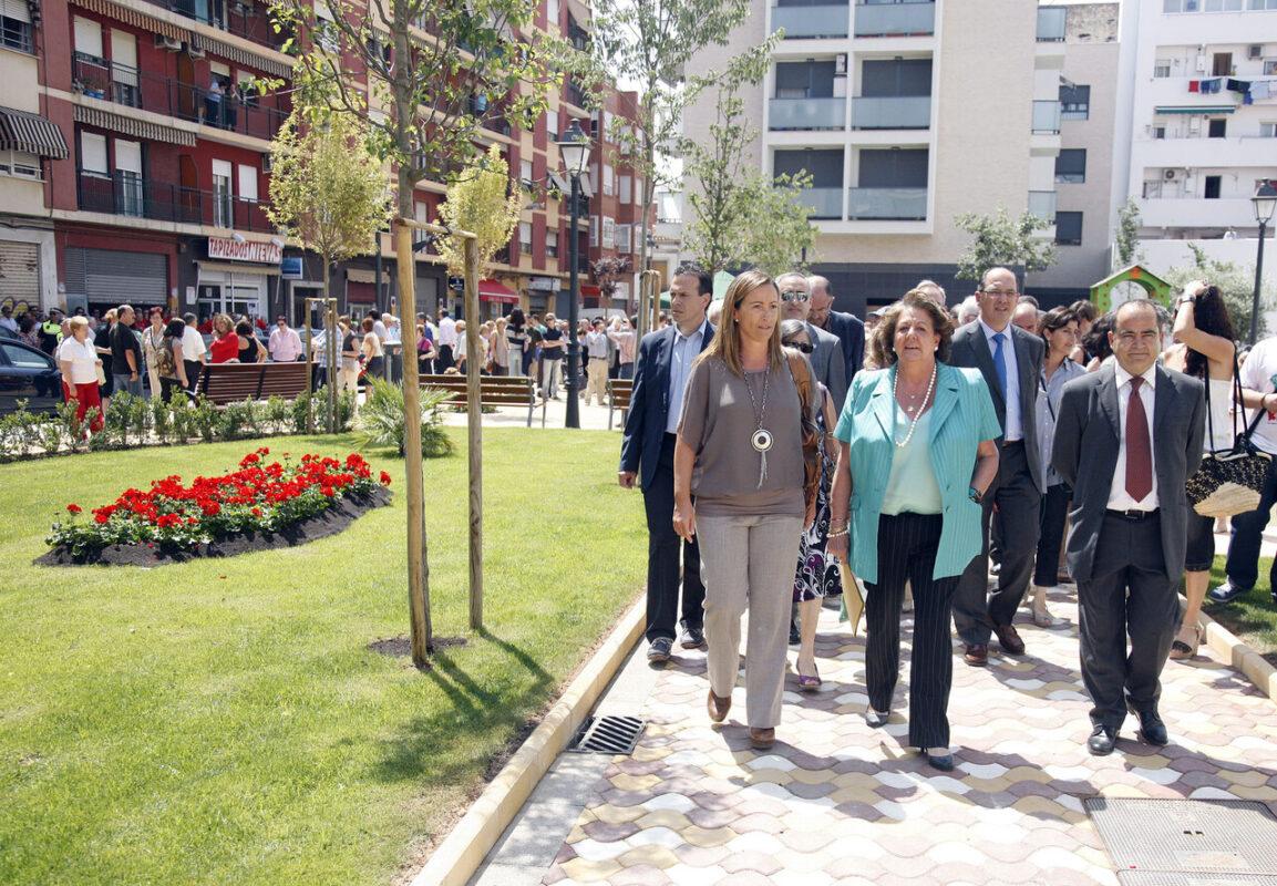 La alcaldesa Barberá y la concejala de Jardines Bernal pasean por la nueva zona verde/pepe sapena