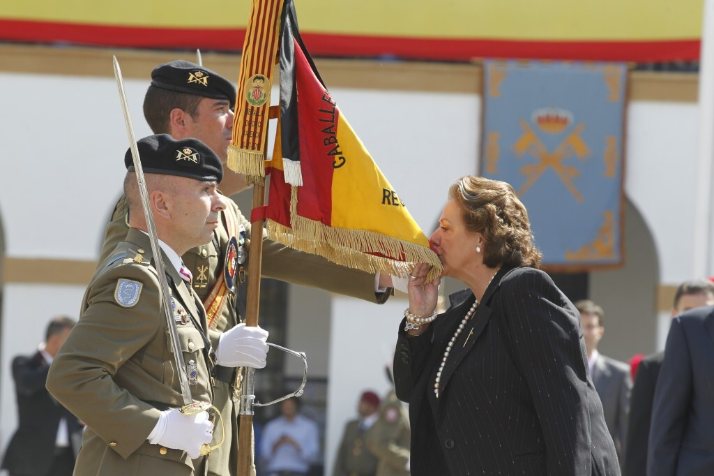 La alcaldesa de Valencia, Rita Barberá, jura bandera./pepe sapena