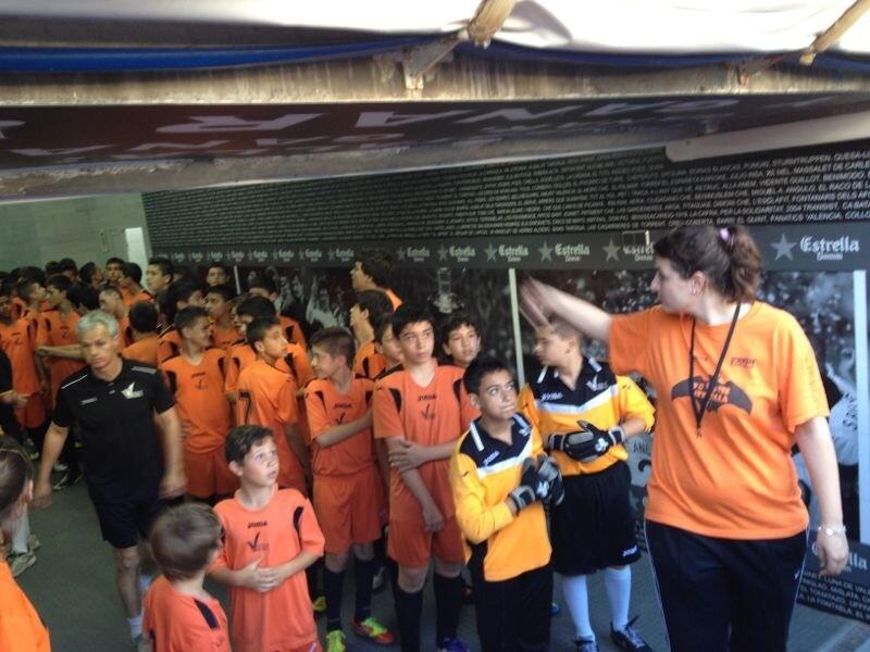 Un grupo de niños a punto de salir al cespéd del Mestalla