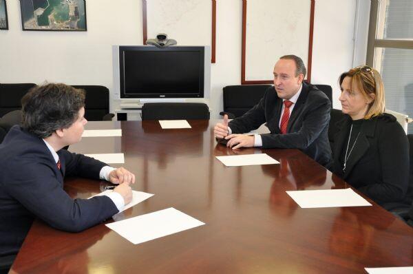 El subdelegado del Gobierno a la izquierda en una reunión con el alcalde de Paiporta