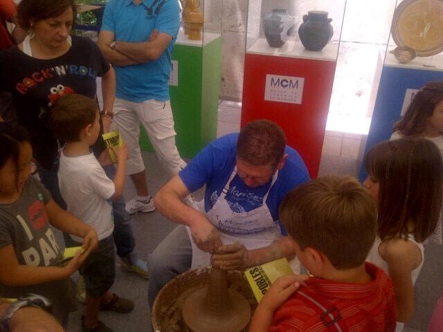 Un alfarero realiza una ceramica en el taller de Manises/vlcciudad
