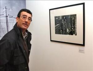 El fotográfo Manuel Barriopedro ante la foto del Golpe de Estado de  1982