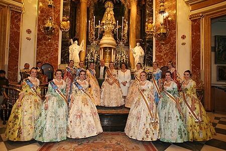 La FalleraMayor de Valencia de 2009, Marta Agustín, y su corte de honor en la Basílica