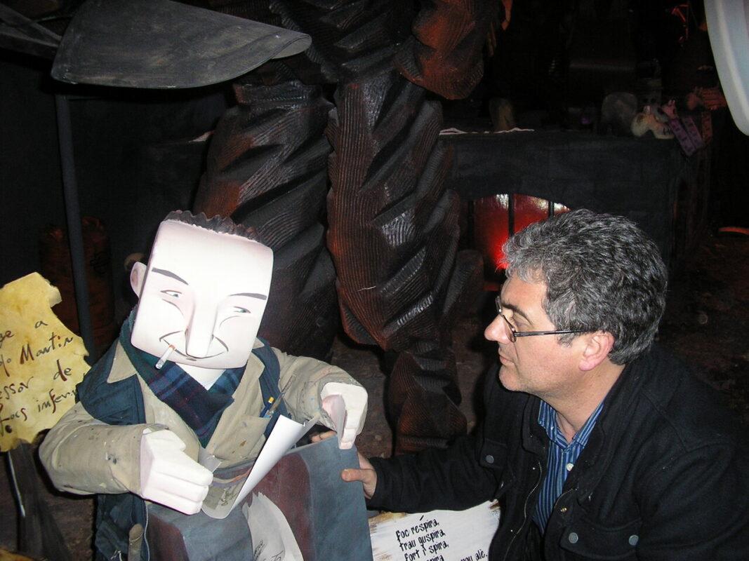 Paco Varea delante del ninot de Manolo Martin en la falla Na Jordana. En homenaje a un gran artista/c.v.