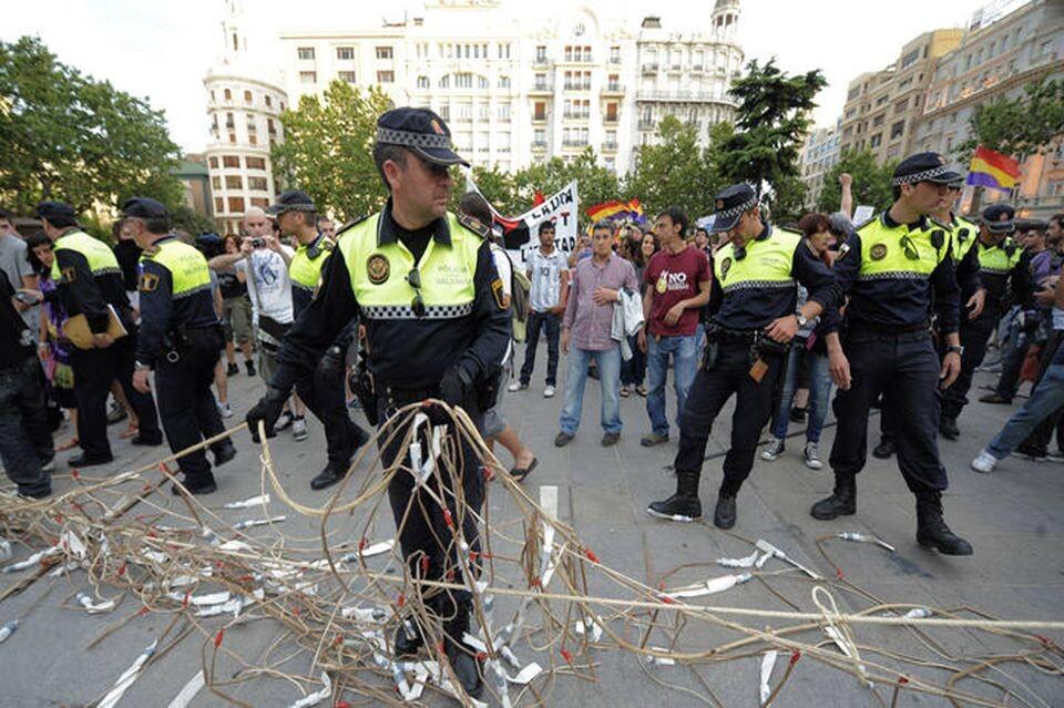 Un grupo de policías locales retira las cuerdas de la mascleta con los artificios pirotécnicos.