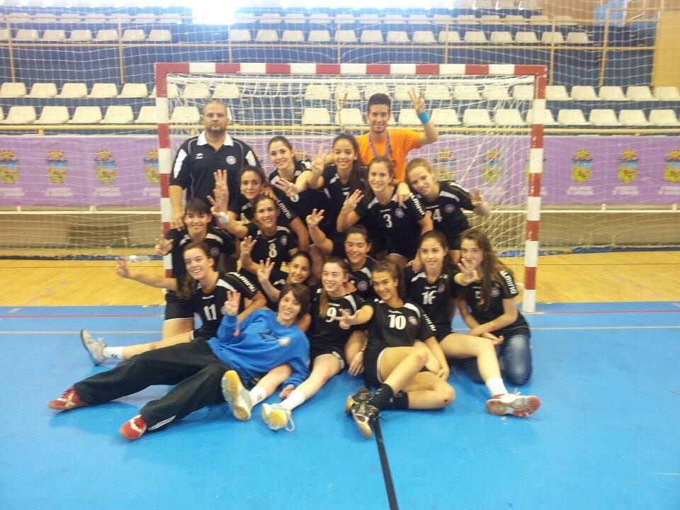 Las jugadoras del Aicequip Valencia después de lograr la medalla