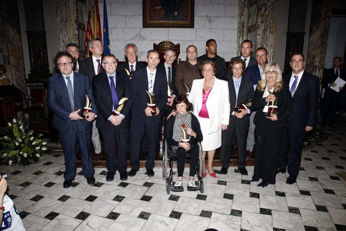 La alcaldesa con los premiados y representantes de los equipos galardonados/pepe sapena