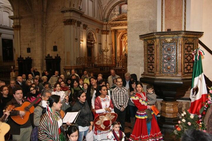 Un grupo de mexicanos residentes en Valencia en la Catedral de Valencia