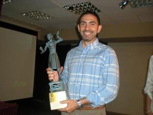 El artista Miguel Santaeulalia con el premio Borumballa