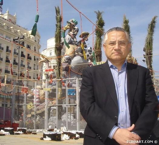 Miguel Dominguez en la plaza del Ayuntamiento las pasadas fallas/piroart