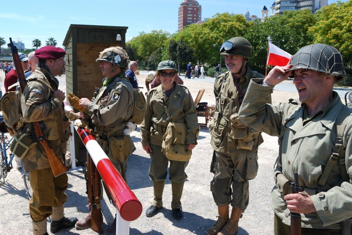 Varios miembros de la asociación encarnan a soldados de la II Guerra Mundial