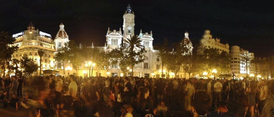 Plaza del Ayuntamiento ocupada por los manifestantes a las 22 horas de anoche.