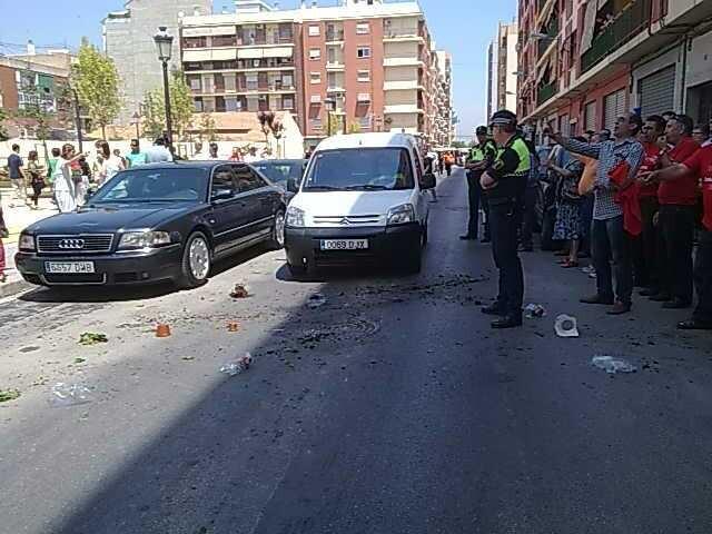 Trabajadores de la EMT protestan en Torrefiel a la llegada de la alcaldesa.