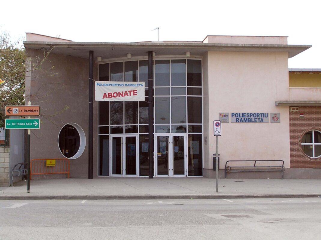 Entrada principal al polideportivo de La Rambleta