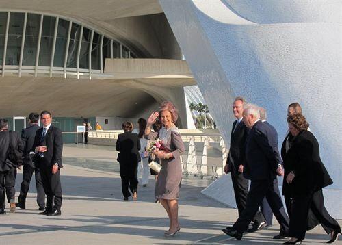 La Reina Doña Sofía a su llegada al Palau de les Arts con las primeras autoridades valencianas y el Ministro de Asuntos Exteriores de España/e.p.