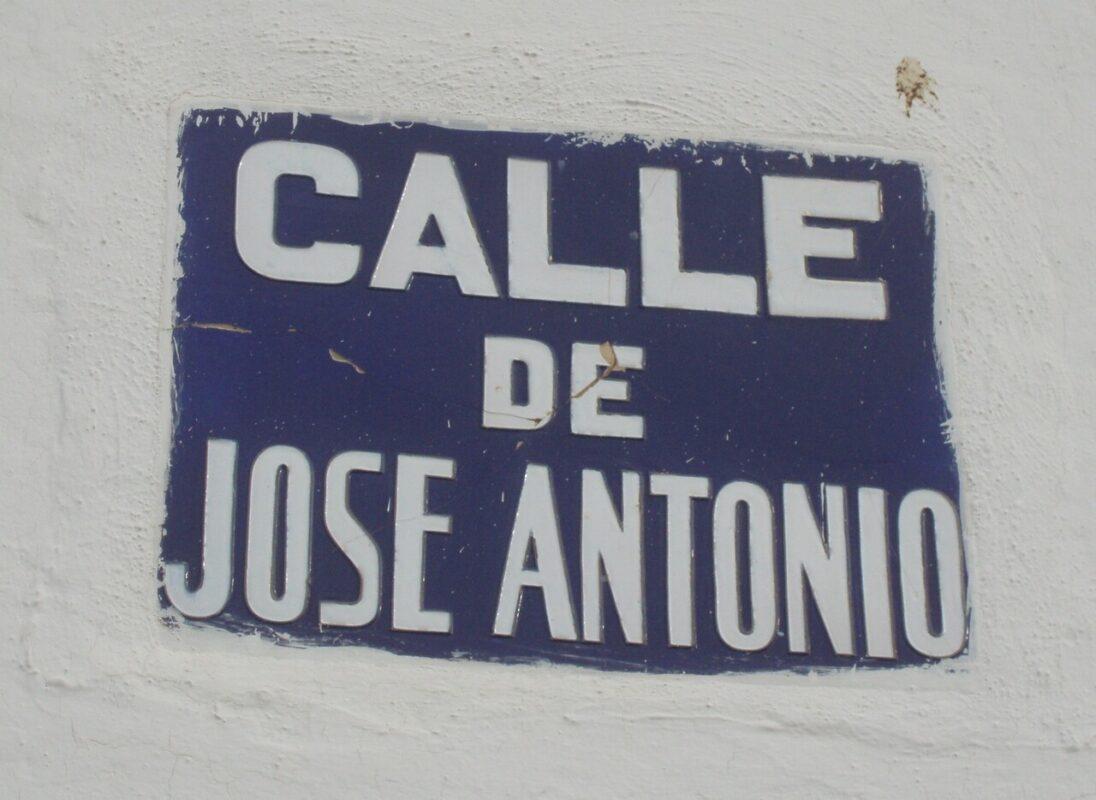 Rotulo de la calle dedicada a José Antonio en la pedanía de Mahuella