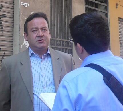 Vicent Sarría explica a un periodista el plan que propone sobre vivienda/gms