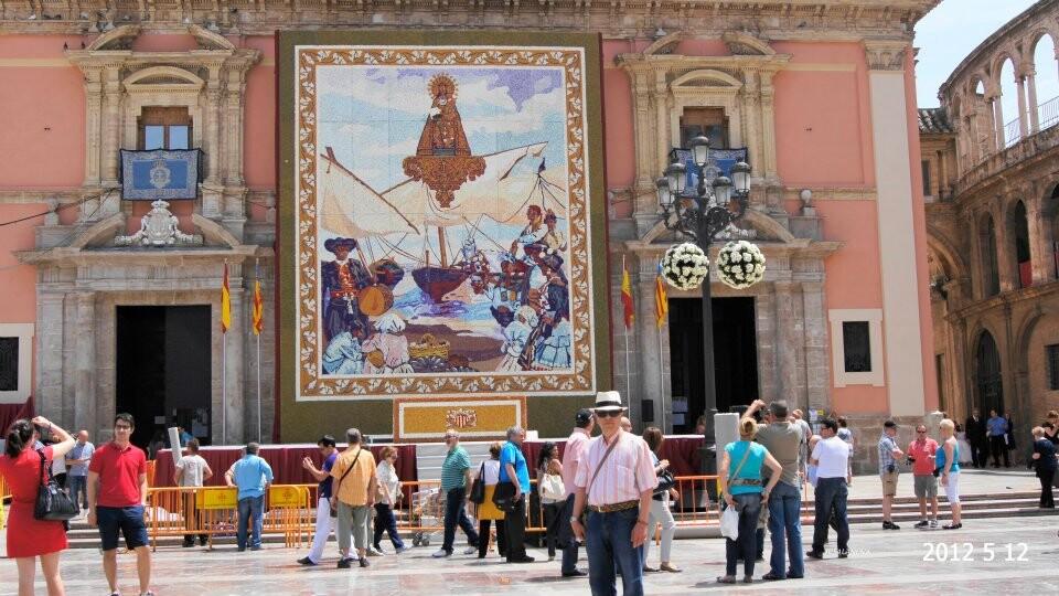 Miles de personas contemplan ya el tapiz de Galbis en la plaza de la Virgen dedicado a Sorolla./j.c.e.
