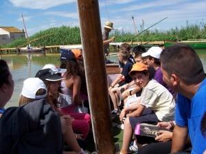 Un grupo de menores visitan la Albufera en una barca