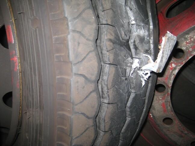 Pincho escuadra que han colocado en un neumático de un autobús/emt