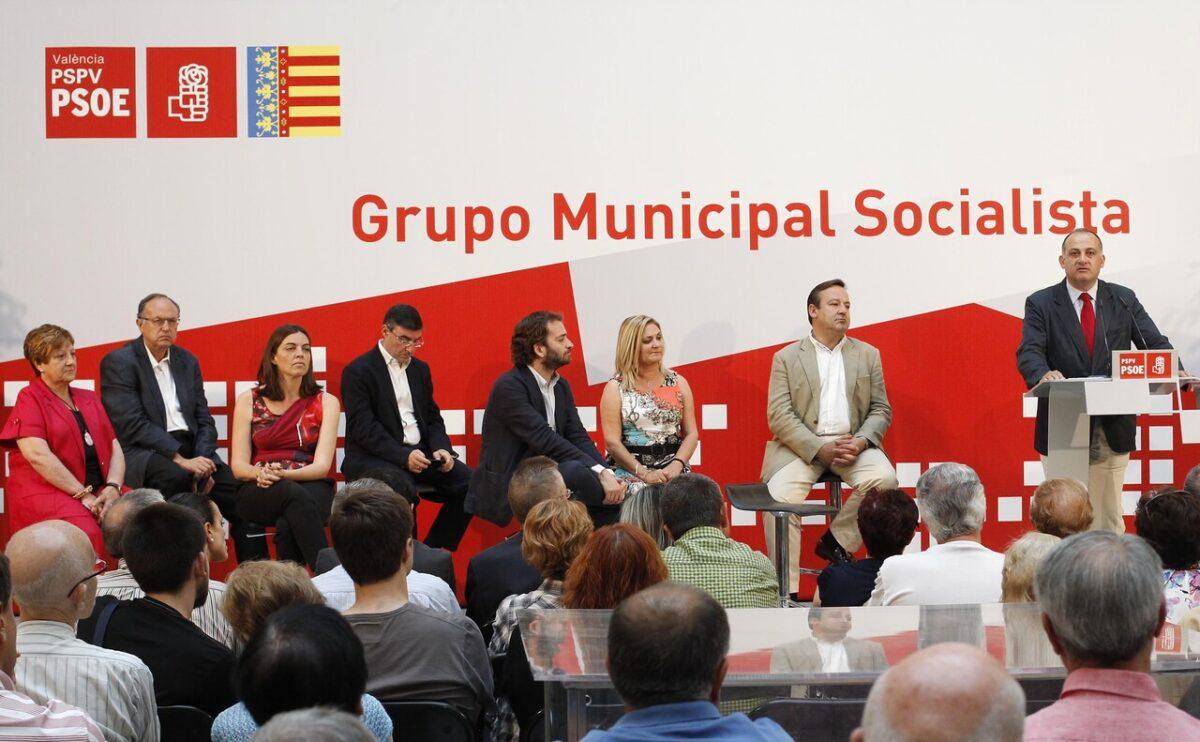 El portavoz socialista, Joan Calabuig, habla a los asistentes al acto en el Palacio de la Exposición/gms