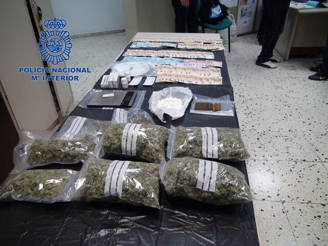 Droga y dinero decomisado al traficante de drogas.