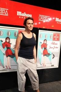 La actriz delante del cartel que anuncia su representación para el próximo fin de semana/marian valenciano