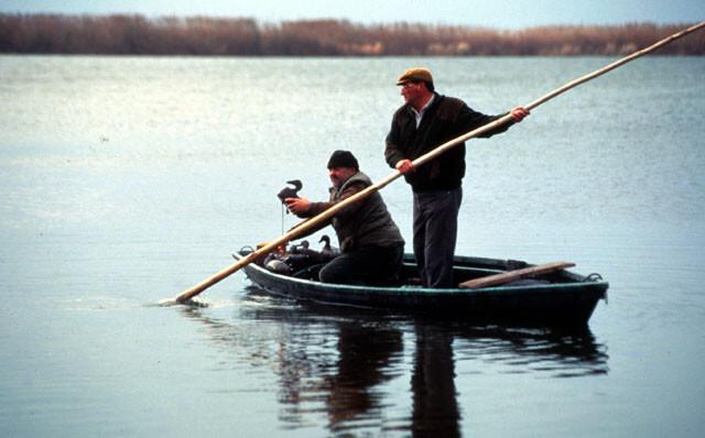 Dos personas en una barca en La Albufera