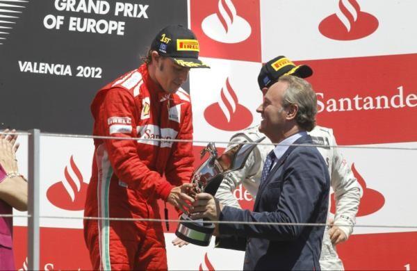 Farba Entregando el trofeo al piloto Fernando Alonso, ganador del Gran Premio de Europa de F-1 en el Valencia Street Circuit