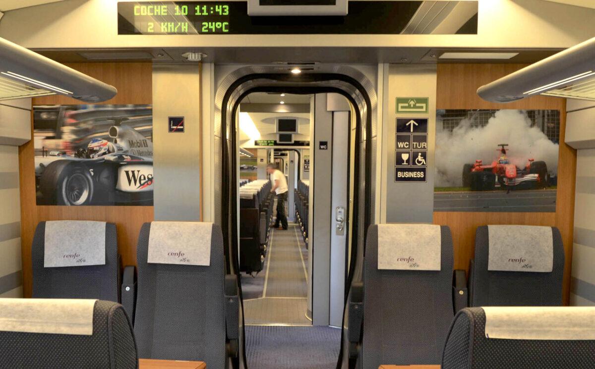 Interior de uno de los vagones con las fotos/Renfe