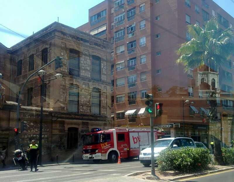 Bomberos y Policía delante del convento de Santa Clara cerca de donde ha ocurrido el incendio/vlcciudad